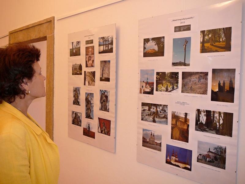 Výstava soutěže Mladí fotografují památky ve vstupní chodbě kláštera Skalka, Mníšek pod Brdy