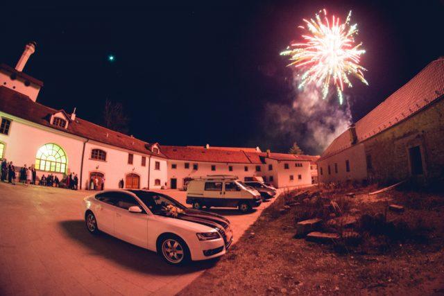 Jak fotit ohňostroje: auto u ohňostroje.