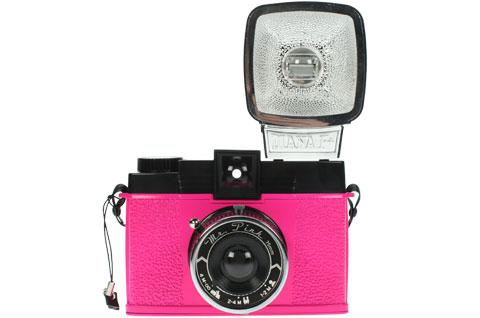 Replika fotoaparátu Diana s přídavným bleskem
