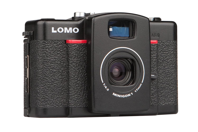 Model Lomo LC-W má širokoúhlý objektiv 17 mm