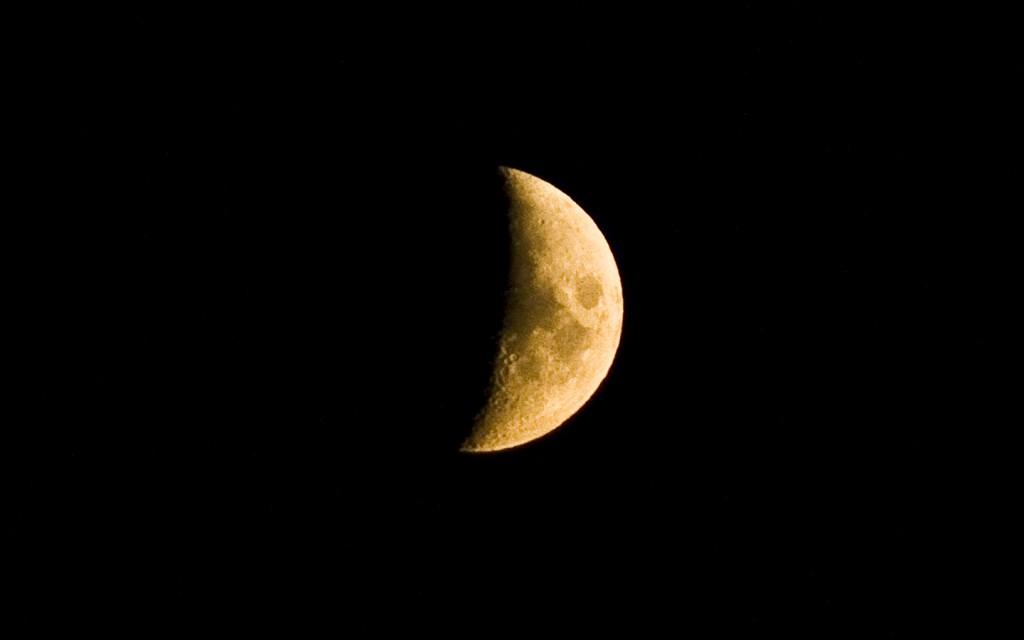 Srpek Měsíce je vhodnější fotografovat v kontrastu s krajinou či městem, sám o sobě není tolik zajímavý, jako Měsíc v úplňku.jpg