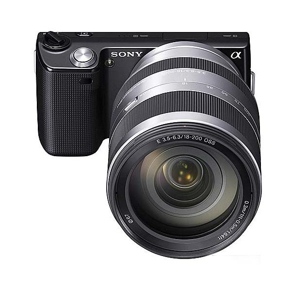 Sony Nex 5 patří se chlubí maximálně kompaktními rozměry, opravdu byste ale chtěli fotit něčím, co je menší jak základaní zoomový objektiv?