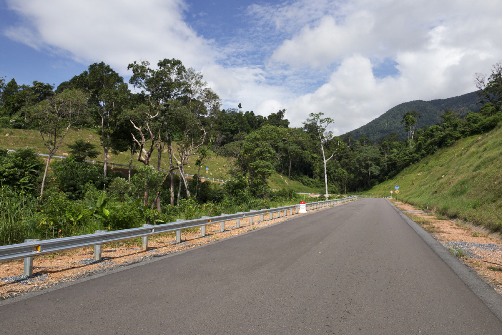 Nově postavená cesta k Bokor Hill Station. Lehce zvládnutelná autem i na motorce. F5,6, 1/1000 s, ISO 200, ohnisko 12 mm.jpg