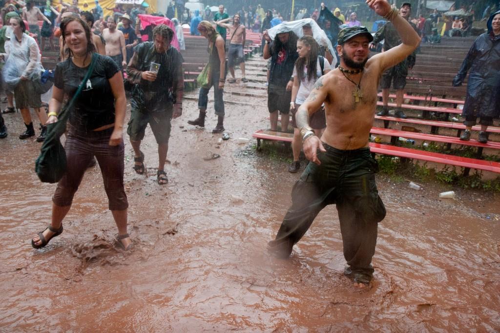 Diváci i foťák v dešti
