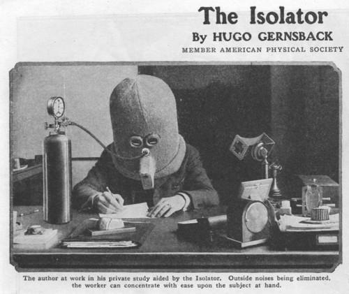 Na fotografii je zachycena helma sloužící k soustředění s vlastním přívodem kyslíku (1925).jpg