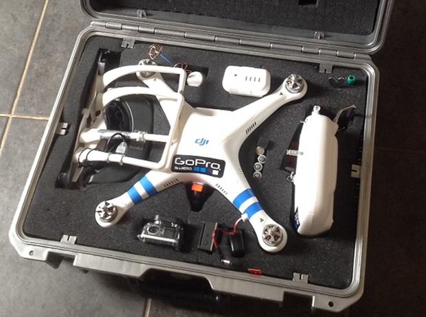 Turnerova kvadrokoptéra s kamerou, zabalená do transportního kufříku.