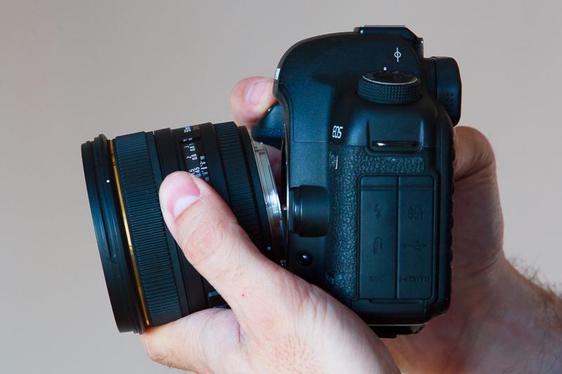 Freelensing – objektiv držený před fotoaparátem.jpg