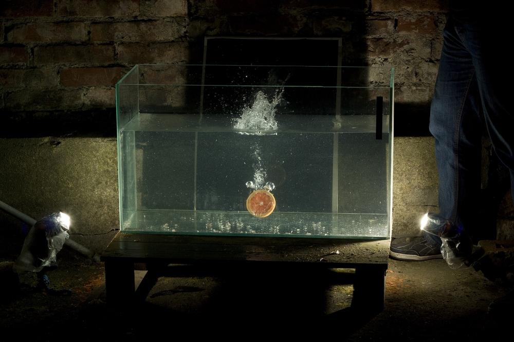 Experimentovat můžete i s více blesky. Snímek ukazuje znečištění vody po několika hodinách vhazovaného ovoce. Canon 1000D, EF 50 mm f/1.8 II, 1/200 s, f/9.0, ISO 100.jpg