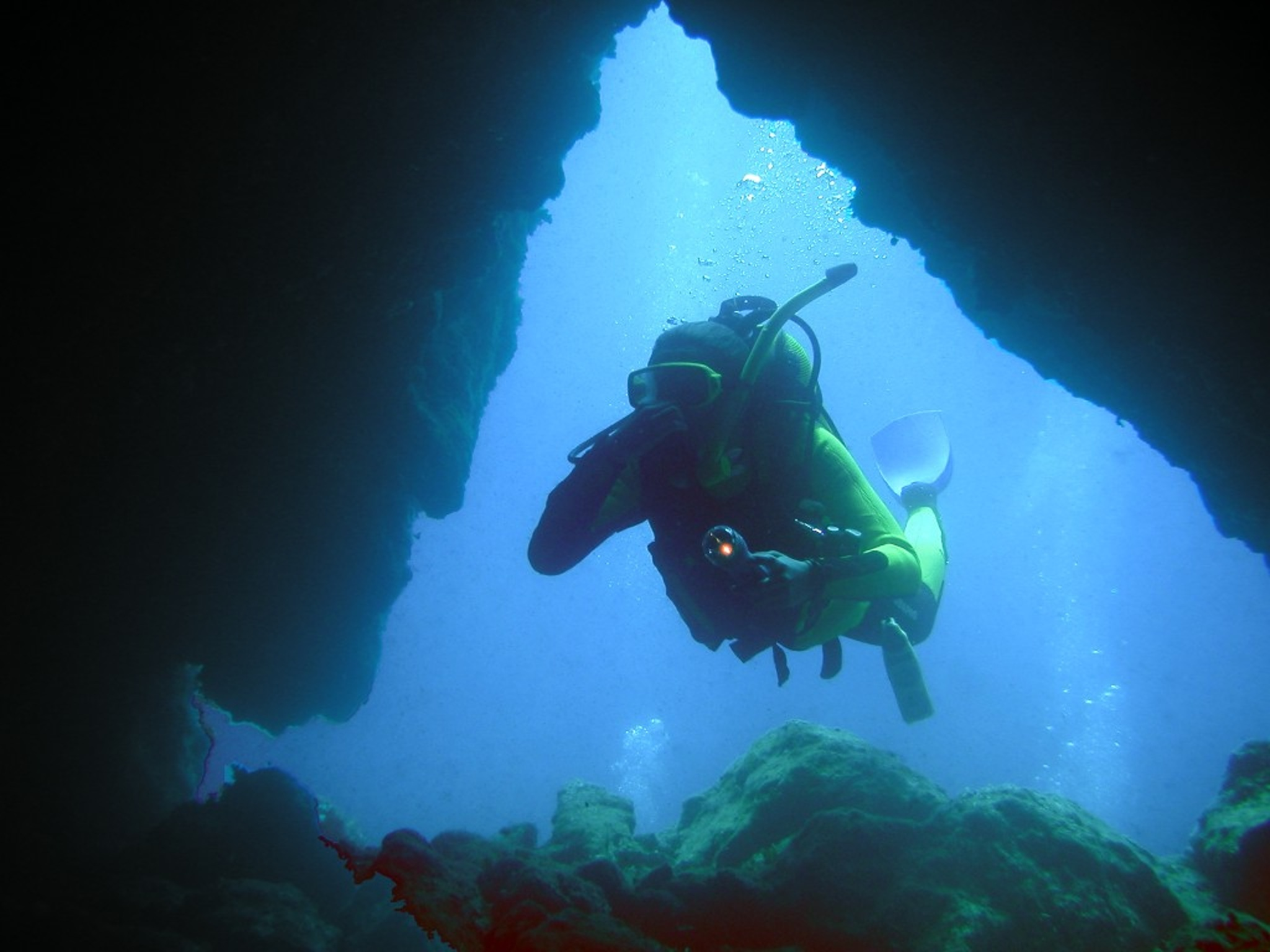 Mořská žínka v jeskynním tunelu v hloubce 8 m, základna Manjana na Brači 2003, Olympus Camedia C4040, bez přisvícení