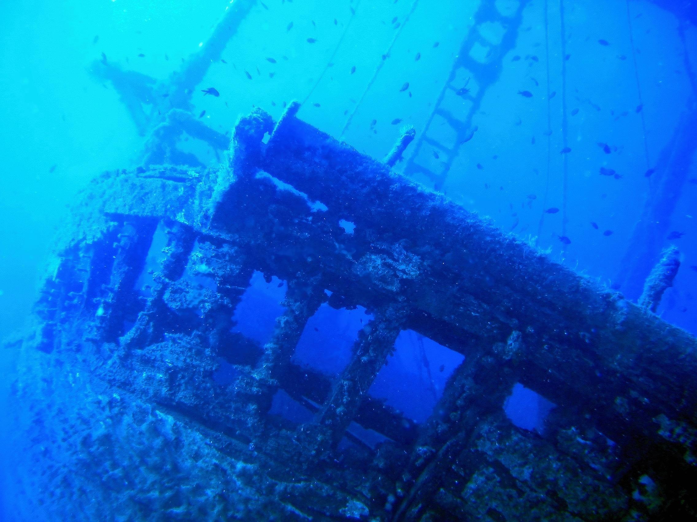 Vrak rybářského člunu v hloubce 32 m, Základna Manjana na Brači 2003, Olympus Camedia C4040, přisvícení interním bleskem