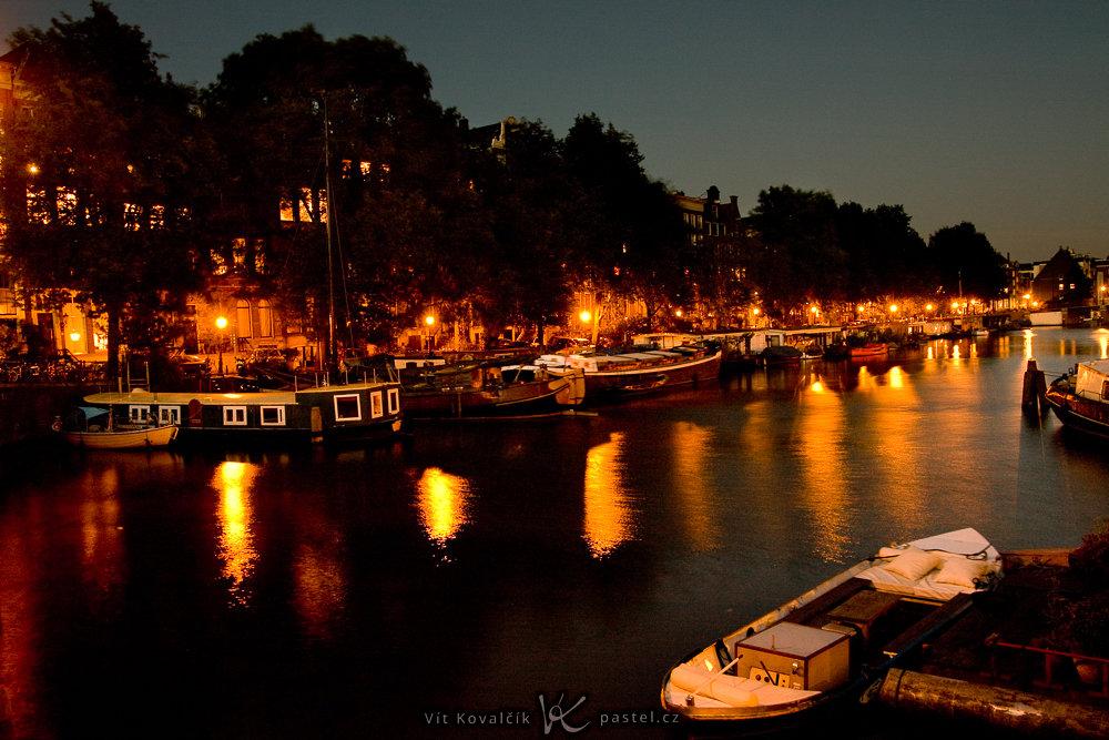 Noc v Amsterdamu. Pokud byste si zakryli spodní polovinu fotografie, nebude zdaleka tak efektní. Canon 40D, Sigma 18–50/2.8, 3,2 s, F5,6, ISO 200, ohnisko 18 mm