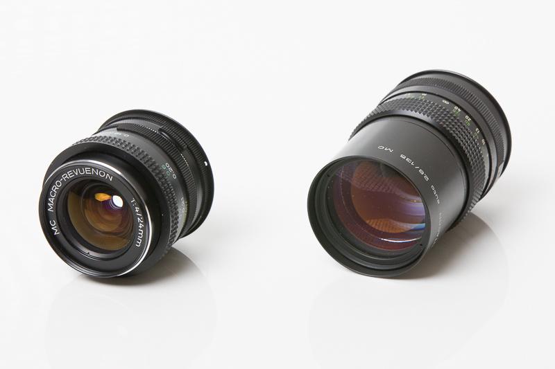 Macro-Revuenon 24 mm F4 ve skvělém stavu (vlevo) a Pentacon 135 mm F2,8 s několika zrníčky prachu uvnitř. Oba bez problémů použitelné.jpg