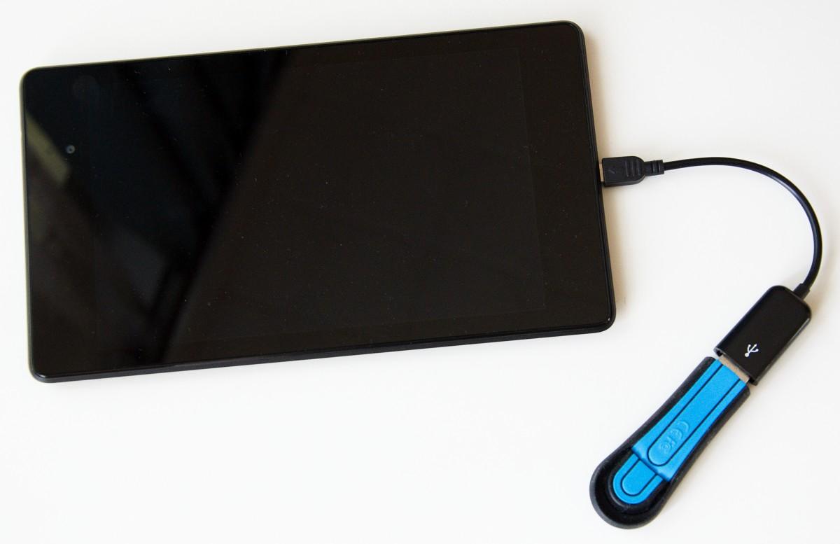 Tablet s flashdiskem připojeným přes OTG kabel