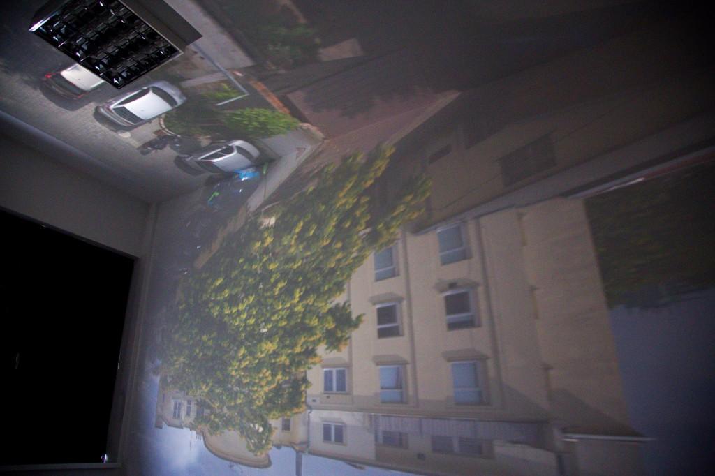 Vzhledem k převrácení se dostala auta před budovou na strop a oblaka na koberec. Canon 6D, EF 24-105 mm F/4 L IS USM na 24 mm, čas 30 s, F 4.5 a ISO 1600.jpg