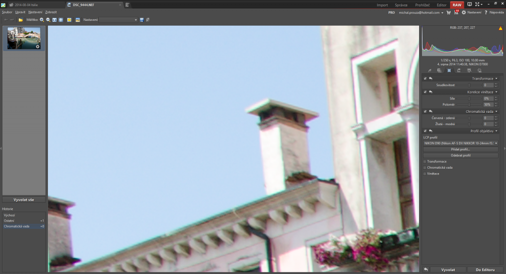 Růžová barva podél hran je výsledkem chromatické aberace.jpg