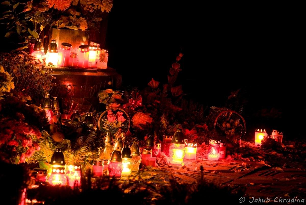 Atmosféra dušiček na hřbitově. Nikon D90, Nikkor 18-105mm/3.5-5.6, ohnisko 105mm, ISO 200, f 8, 13s