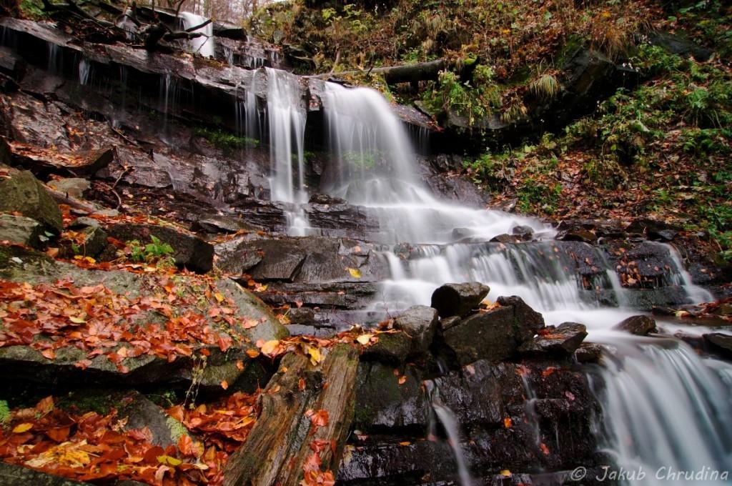 Bučací vodopád na Smrku, Beskydy. Jen přes údolí Lysé, ale špatně přístupný, prakticky neznámý, nenavštěvovaný a nefocený… Nikon D90, Tokina 12-24/f4, ND8 filtr, ohnisko 12mm, ISO 100, f 14, 13s