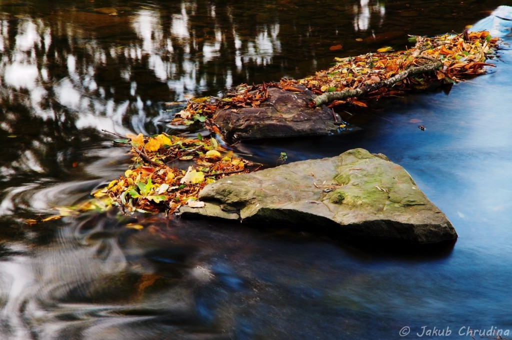 Splav řeky Lučiny a listí, které se zachytilo na kamenech v korytu řeky. Nikon D90, Nikkor 18-105mm/3.5-5.6, ohnisko 105mm ND8 filtr, ISO 100, f16, 3s