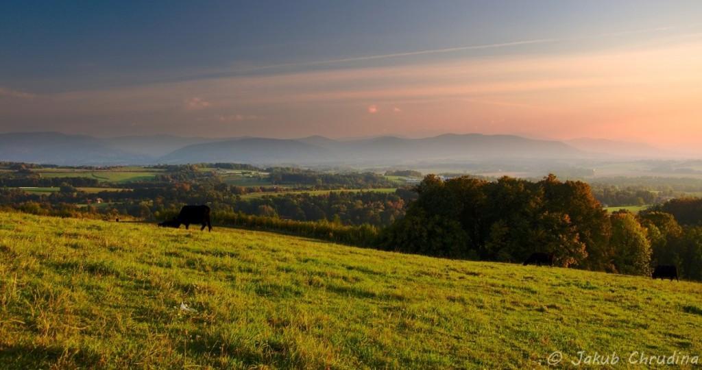 Opět konec září – Beskydy v oparu se chystají ke spánku, nad nimi je krásně vybarvené nebe při západu slunce. Nikon D90, Nikkor 18-105mm/3.5-5.6, ohnisko 24mm, ISO 200, f9, 1/50s
