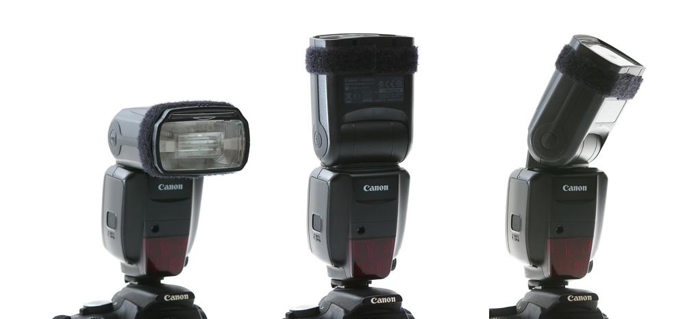 Externí blesk, který se nasazuje do sáněk na horní straně fotoaparátu, je možné otočit do různých úhlů pro svícení odrazem o strop nebo o stěnu.jpg