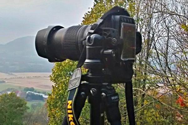 Fotoaparát na stativu skulovou hlavou.