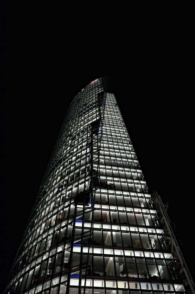 Budova na Potsdamer Platz. Fujifilm X-T1, XF14mmF2.8 R, 1/60 s, F5.6, ISO 4000, ohnisko 14 mm (EQ35 mm: 21 mm)