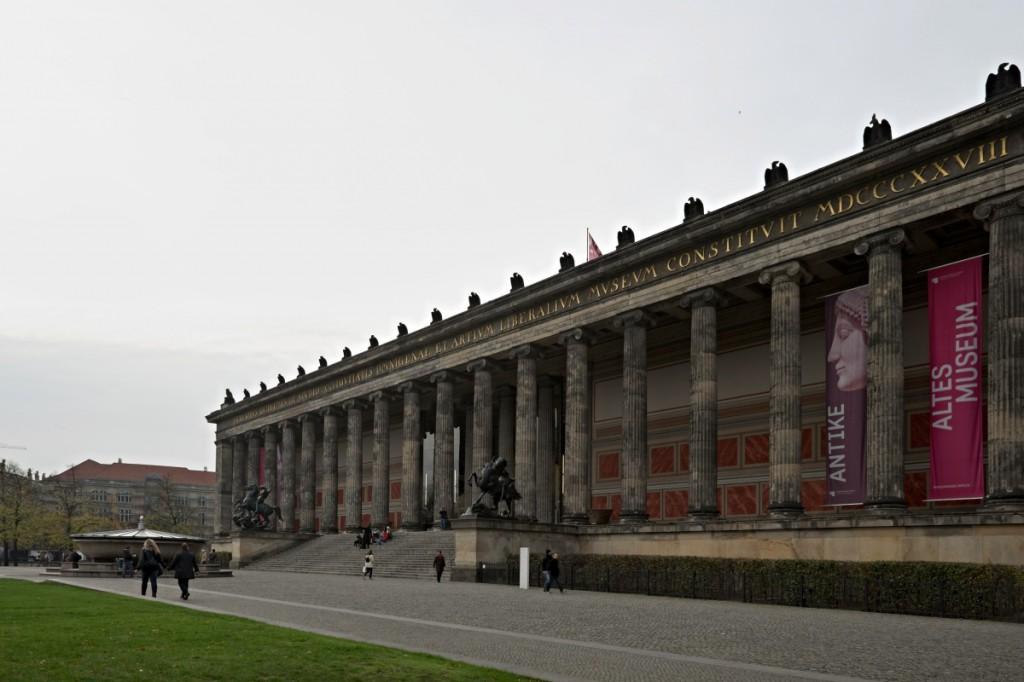 Altes Museum, Berlín. Fujifilm X-T1, XF14mmF2.8 R, 1/180 s, F5.6, ISO 200, ohnisko 14 mm (EQ35 mm: 21 mm). Úprava sbíhajících se linií v ZPS.jpg