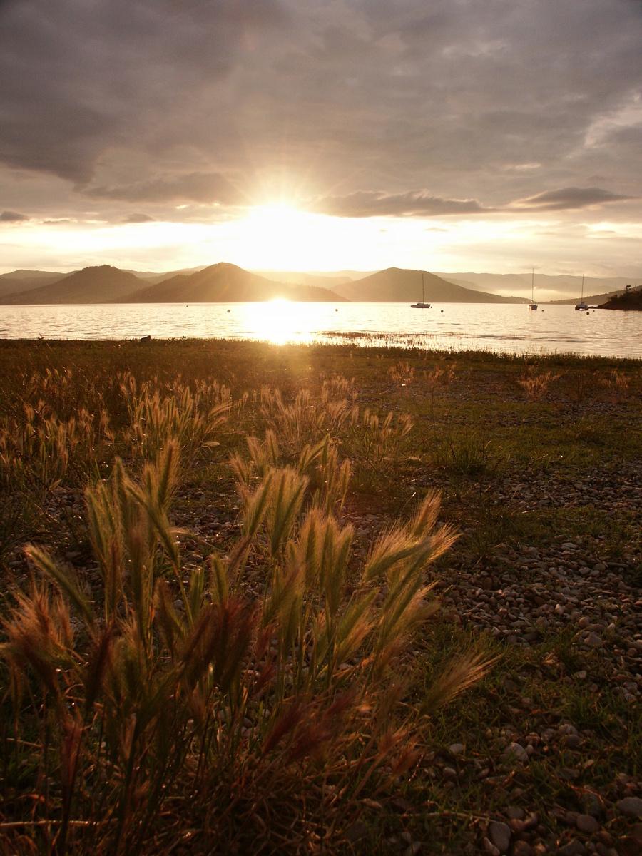 Západ slunce nad jezerem Lac du Salagou. Minolta DiMAGE 7i, 1/180 s, F4.0, ISO 100, ohnisko (EQ35) 28 mm. Upraveno v ZPS, po ořezu. Vyfoceno 6. června ve 20.42. Foto: Rudolf Weissbrod