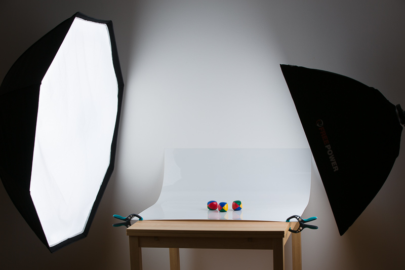 Bílé pozadí vytvořené pomocí plastové desky.