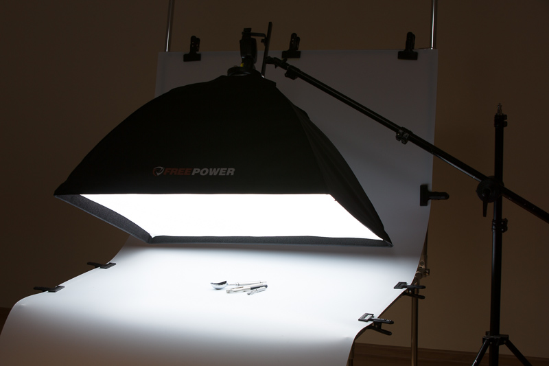 Velký softbox (relativně k malým produktům) vytváří zdroj světla, který se odrazí pod spoustou různých úhlů. Zde je vše foceno na fotostole, ale klidně by podkladem mohl být ubrus a vše by vypadalo také dobře.jpg
