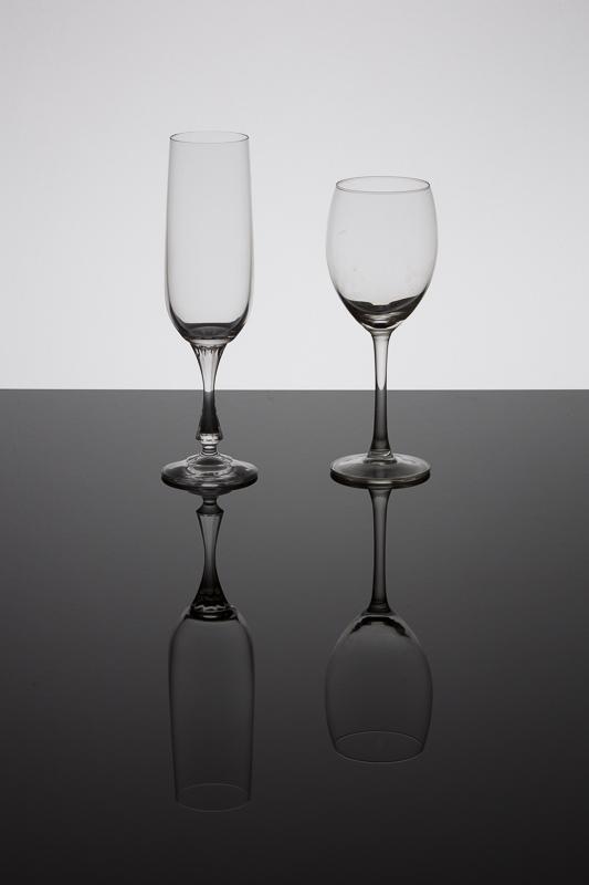 Skleničky na černém sklu.jpg