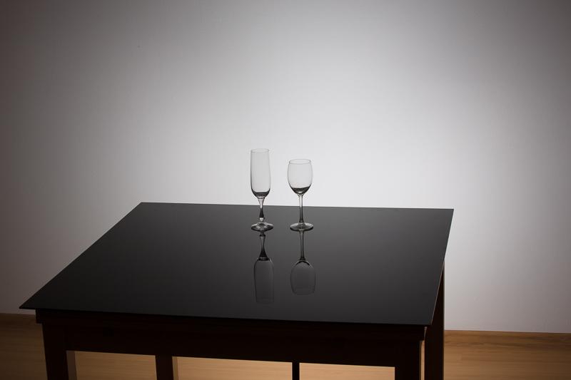 Nastavení scény. Pod stolem je schované jediné použité světlo, svítící na zeď.jpg