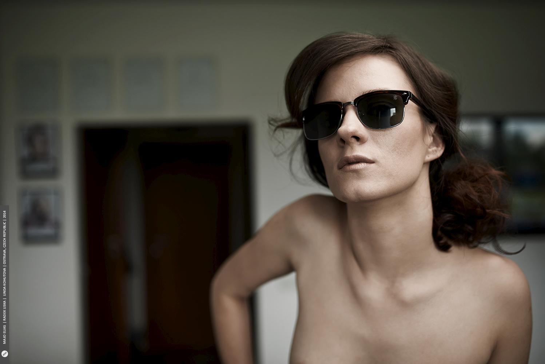 """Brýle i pozadí jsou příliš výrazné, v tomto případě už nemůžeme mluvit o """"nahém portrétu"""".jpg"""