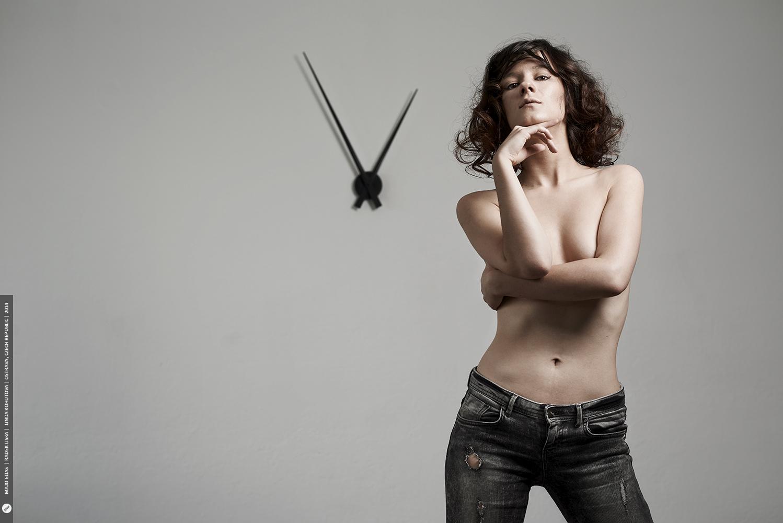 U nahého portrétu se využívá zejména konstantní jednolité pozadí s minimem doplňků.jpg