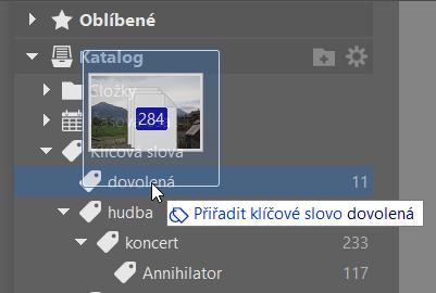 Organizace fotografií: přetažení snímků na klíčové slovo.