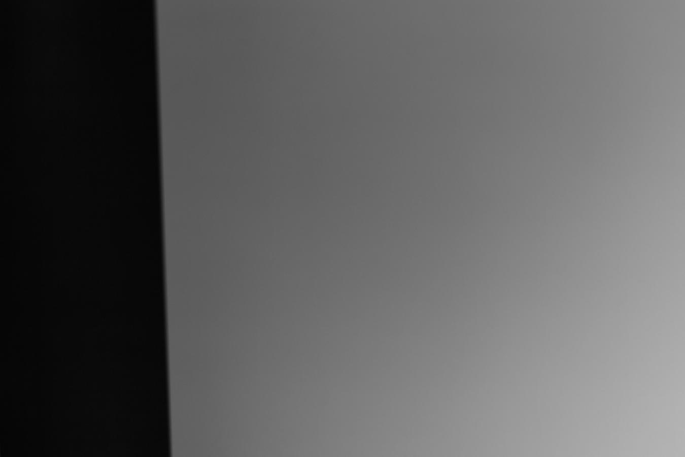 Fotografovaný obrazec obsahuje 25 procent černé a 75 procent bílé barvy. Expozimetr ve fotoaparátu ale předpokládá, že je scéna průměrně šedá. Z tohoto důvodu scénu podexponuje a bílou barvu vyfotografuje jako šedou.jpg