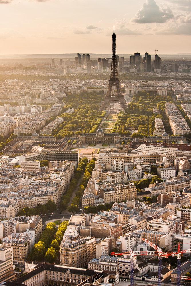Eiffelova věž focená z vyhlídkového patra věže Montparnasse. Canon 40D, Canon EF-S 55-250/4-5,6 IS, 1/100 s, F8, ISO 100, ohnisko 55 mm