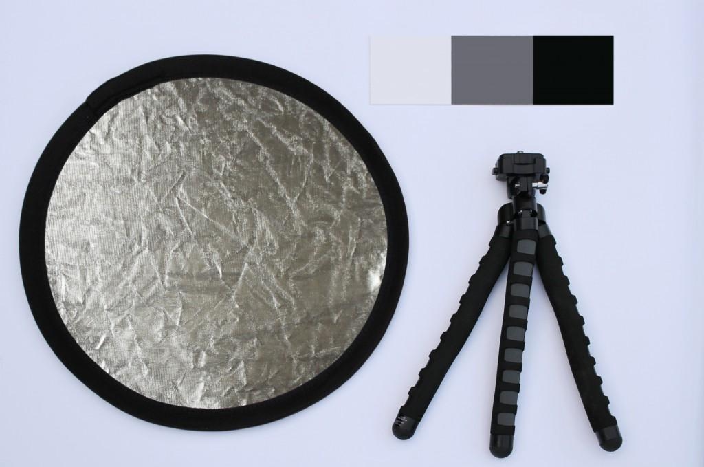 Doporučená výbava pro focení květů: odrazová deska na stíny, (malý) stativ pro ostré snímky a šedá destička pro správné vyvážení bílé. Veškeré toto nádobíčko lze pořídit do tisícovky.jpg