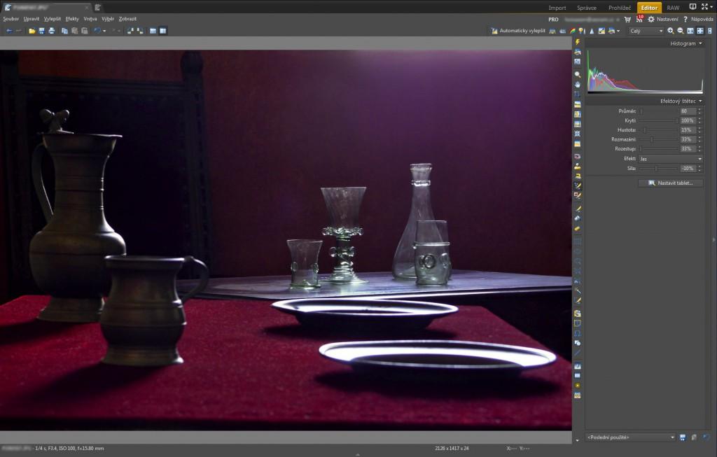Částečné ztmavení světlé oblasti při horním okraji fotografie pomocí nástroje Efektový štětec (E)