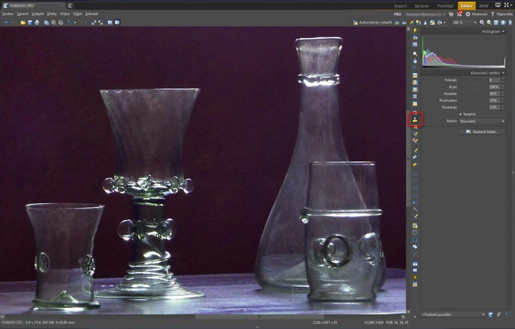 Použití nástroje Klonovací razítko (S) k vyčištění nejvýraznějších fleků na skleněných předmětech.jpg