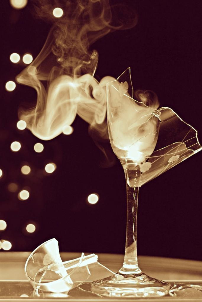 Rozbitá sklenička, stoupající kouř, tma a rozmazaná světla v pozadí dodávají fotografii zajímavý nádech. Nejde sice vyloženě o fotografii produktu, ale za takové nasvícení by se nemusela stydět ani sklenka vcelku. Autor: Petr Ryp
