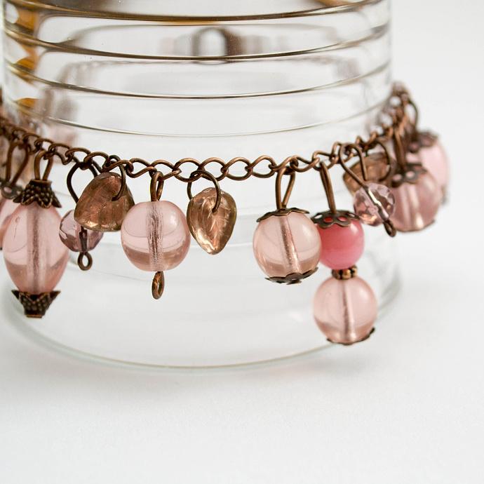 Chtělo by to ještě drobně zapracovat na kompozici, ale je to zajímavý nápad, jak vyfotit šperky. Nebojte se při fotografování produktů využívat nejrůznější pomůcky a propriety. Autor: Lucie Kožíšková