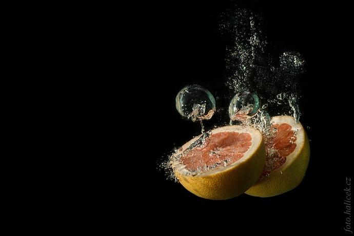 Fotit ovoce ve vodě není úplně jednoduché, ale je to ideální program pro parné letní odpoledne. Autor: Pepa Halíček