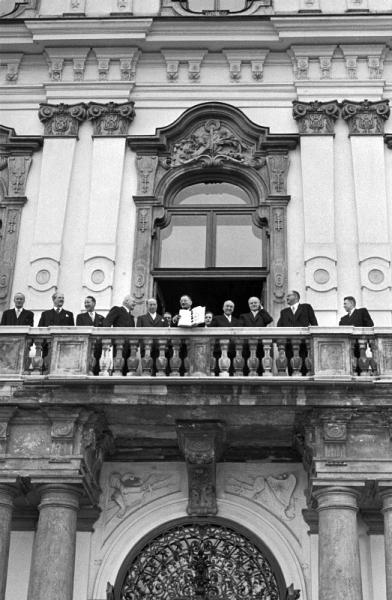 15. května 1955: ministr zahraničních věcí Leopold Figl ukazuje z balkonu zámku Belvedere podepsanou Státní smlouvu. Vídeň, 1955. © Erich Lessing