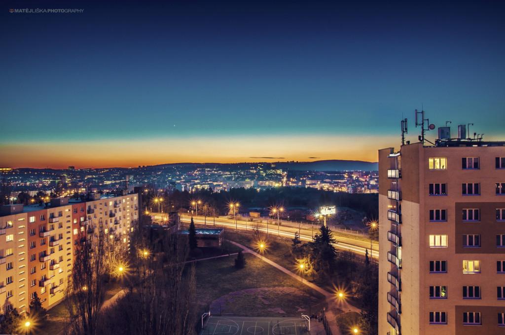 Večerní/noční výhled z okna (Nikon D7000, Tamron 17-50mm f/2.8).jpg