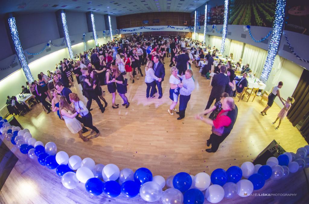 Fotky z tanečního parketu dobře ilustrují, kolik lidí na plesu bylo.