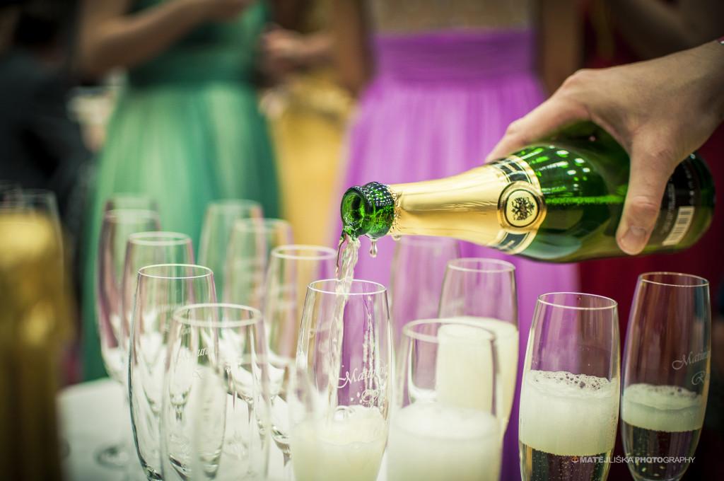 Nalévání šampaňského. Nikon D7000, Tamron 17-50mm f/2.8