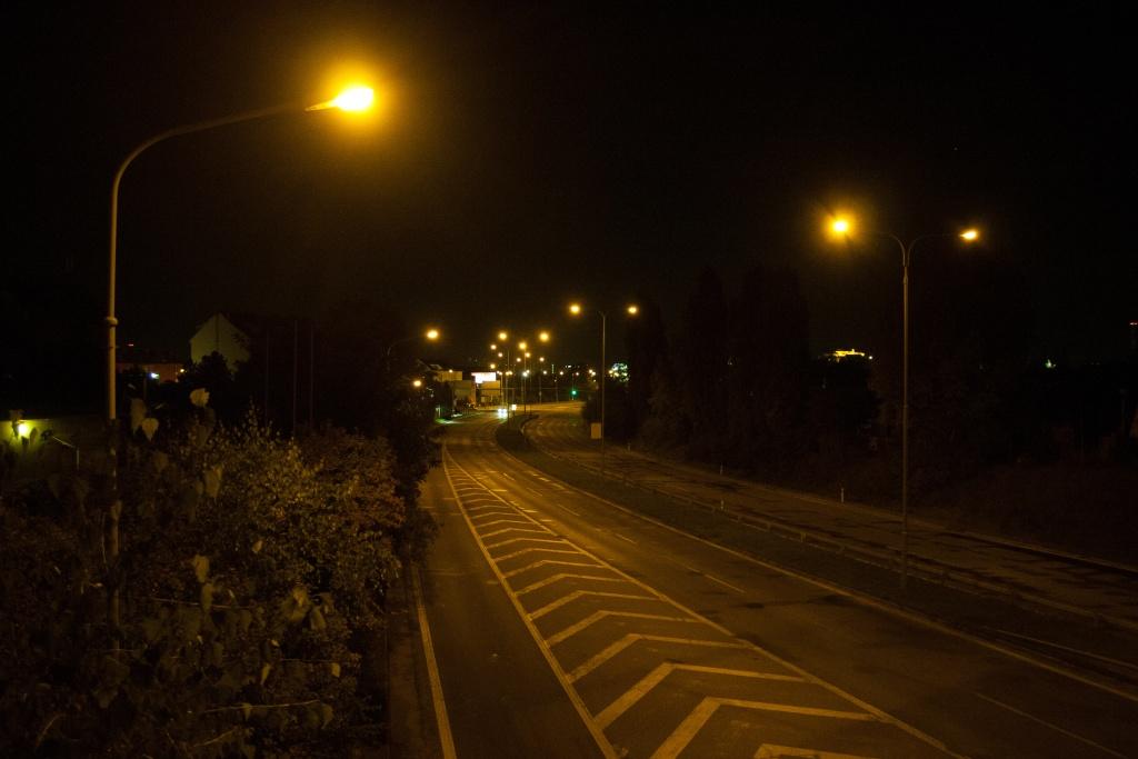 Focení v noci starou zrcadlovkou. Canon 350D, Canon EF-S 18-55/3.5-5.6, 1/10 s, f/3.5, ISO 1600, ohnisko 21 mm