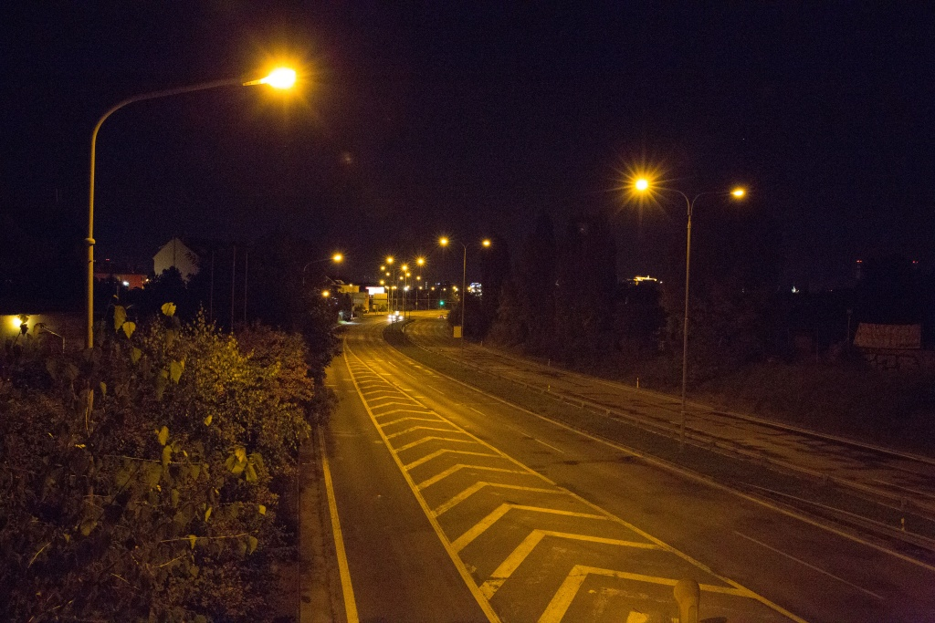 Focení v noci moderní zrcadlovkou. Canon 5D Mark III, Canon EF 24-70/2.8 II, 1/200 s, f/6.3, ISO 25 600, ohnisko 28 mm