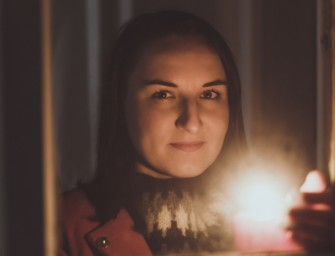 Portrét ve světle svíček a prskavek